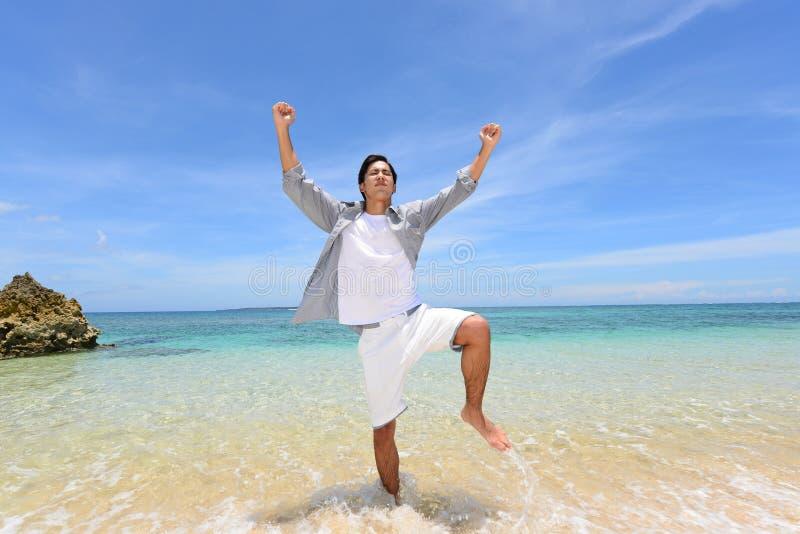 De man die op het strand ontspant royalty-vrije stock fotografie