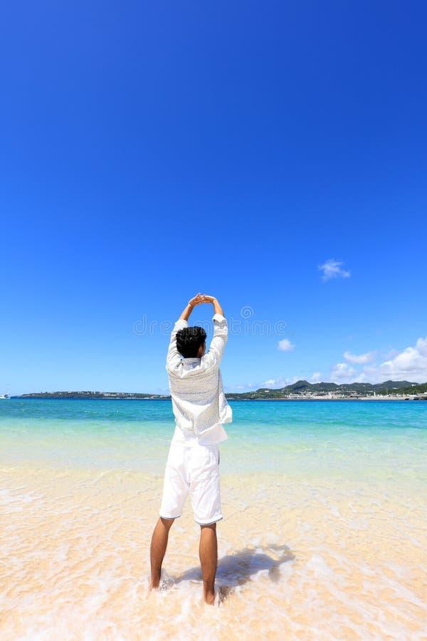 De man die op het strand ontspant royalty-vrije stock afbeeldingen