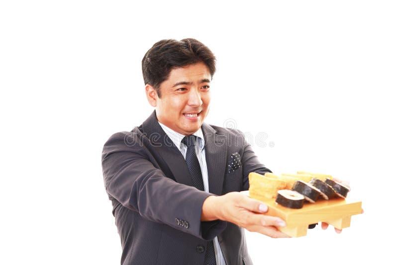 De man die sushi eet royalty-vrije stock afbeeldingen