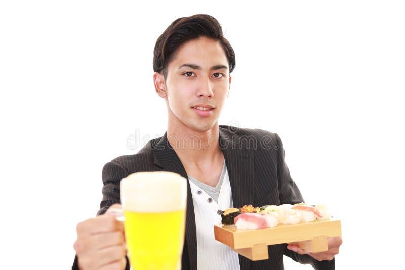De man die sushi eet royalty-vrije stock foto's