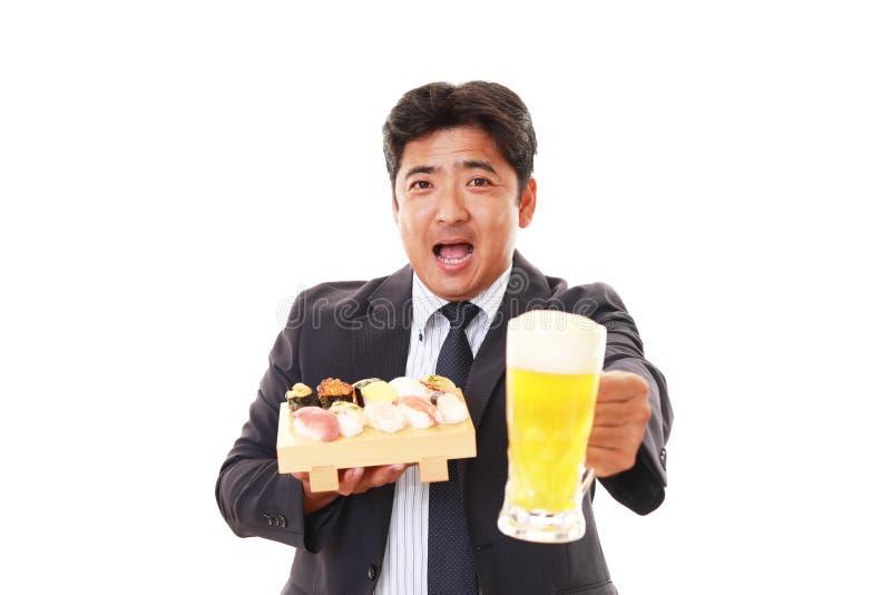 De man die sushi eet stock foto's