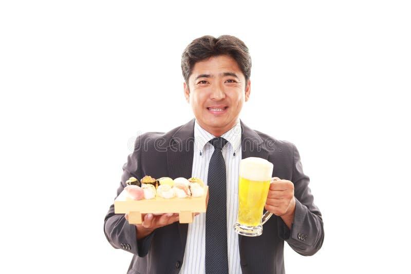De man die sushi eet royalty-vrije stock foto