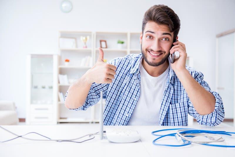 De man die van snelle Internet-verbinding genieten royalty-vrije stock foto