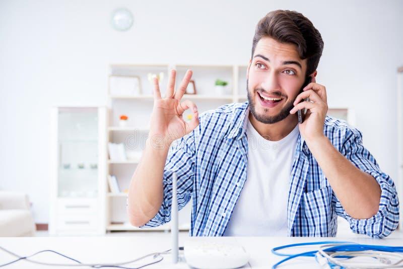 De man die van snelle Internet-verbinding genieten stock afbeeldingen