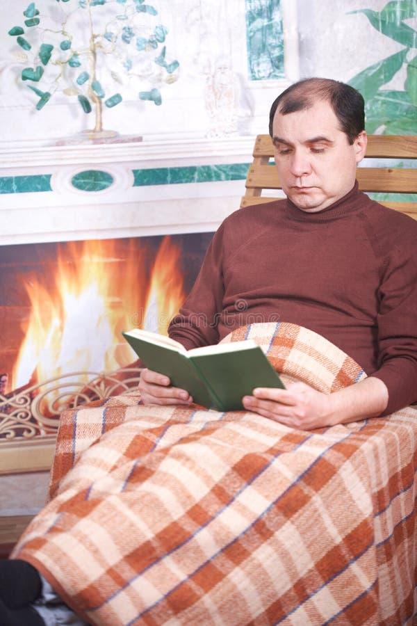 De man in een leunstoel royalty-vrije stock foto