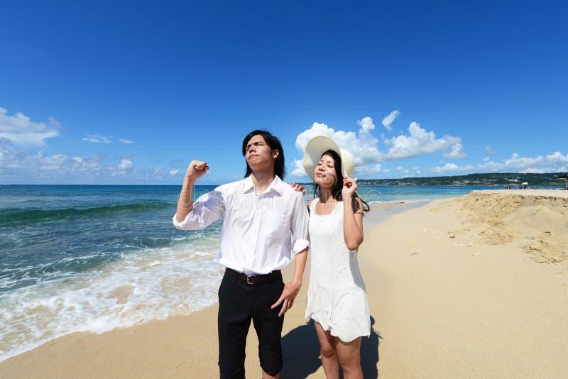 De man en de vrouw genieten van de zon stock afbeelding