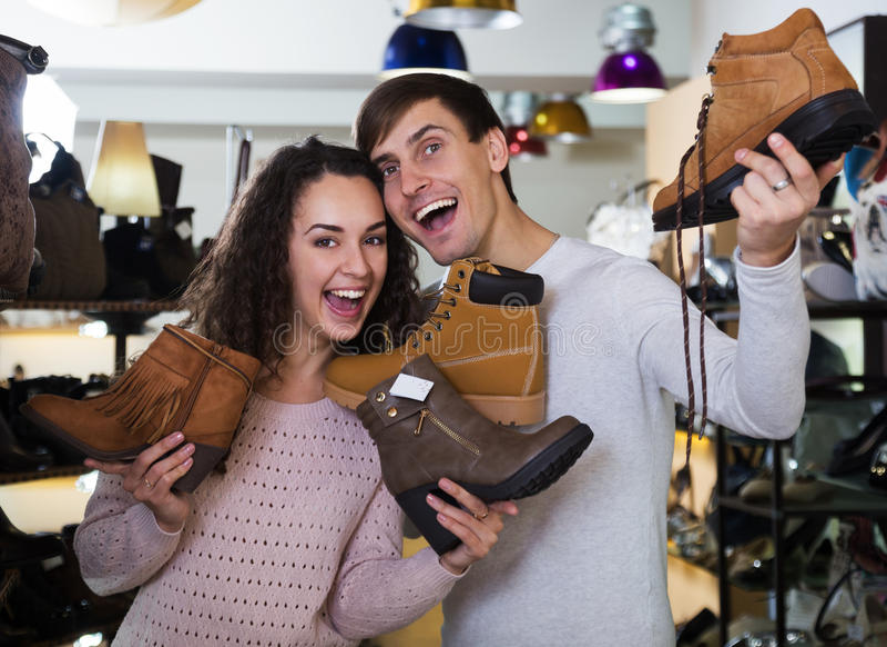 De man en de vrouw kopen sommige schoenen royalty-vrije stock foto's