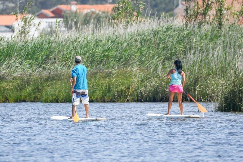 De man en de vrouw staan op paddleboarding royalty-vrije stock foto's