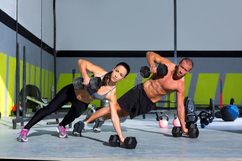De man en de vrouwen de opdrukoefening van de opdrukoefeningsterkte van de gymnastiek royalty-vrije stock foto