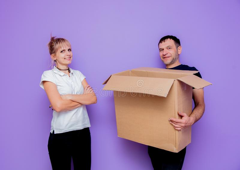 De man en een vrouw worden verplaatst naar een nieuwe flat royalty-vrije stock fotografie