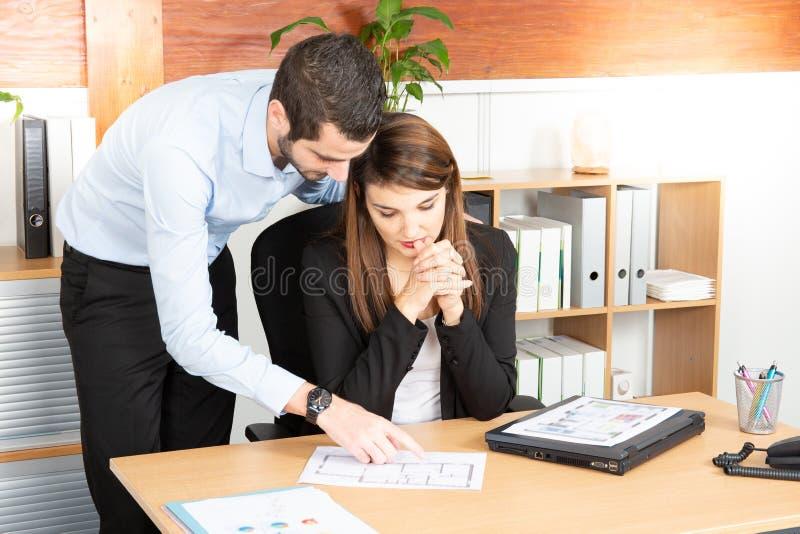 De man en de vrouw bedrijfs van Team Meeting Discussion Working Concept in bureau royalty-vrije stock afbeelding