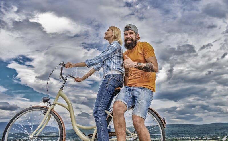 De man en de vrouw besteden actieve vrije tijd met fiets Paar in liefdedatum die in openlucht cirkelen Fietshuur of fietshuur voo royalty-vrije stock foto's
