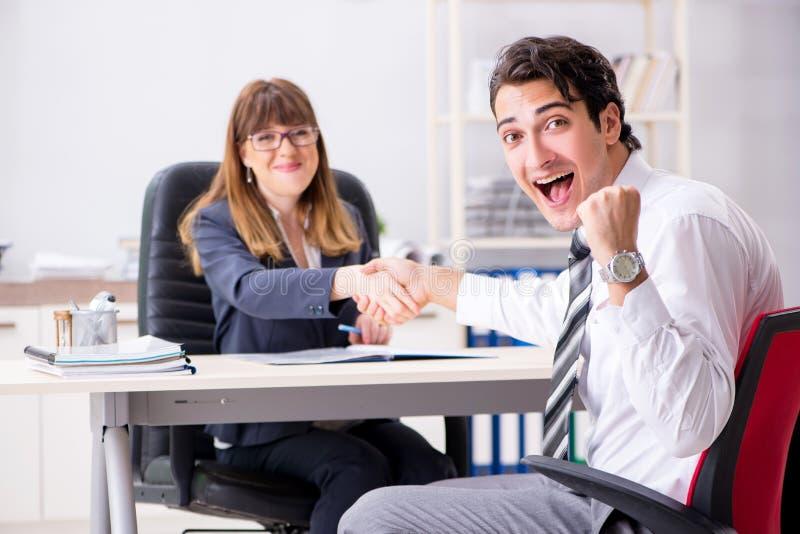 De man en de vrouw die in bureau bespreken stock fotografie