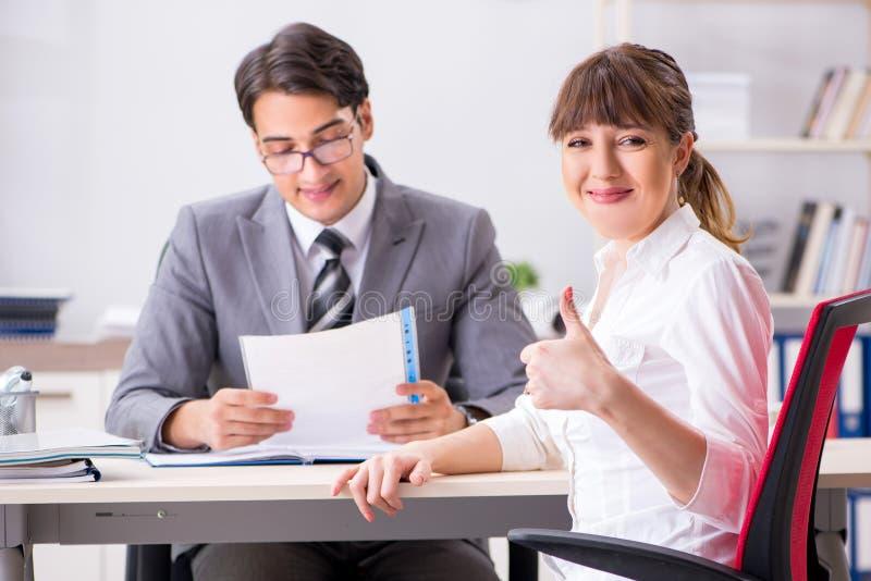 De man en de vrouw die in bureau bespreken stock foto