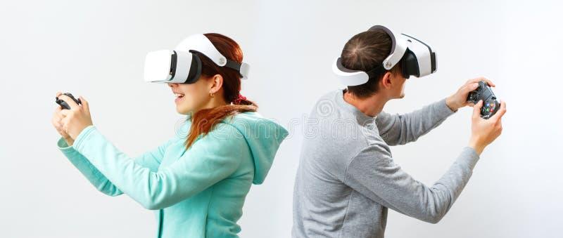 De man en de vrouw met virtuele werkelijkheidshoofdtelefoon spelen spel royalty-vrije stock afbeeldingen
