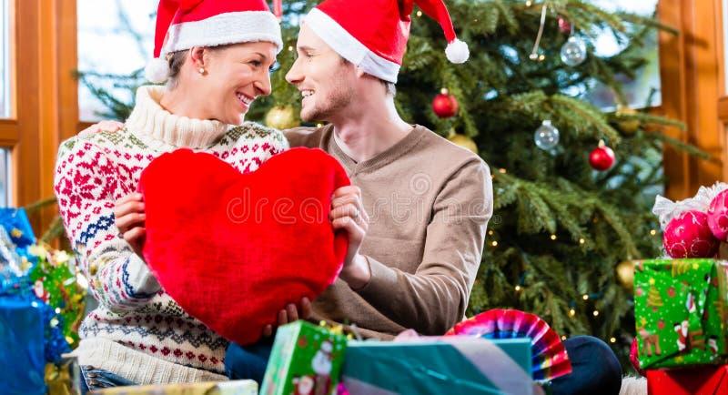 De man en de vrouw onder Kerstboom met stellen voor royalty-vrije stock fotografie