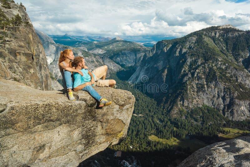 De man en de vrouw van het reizigerspaar in het Nationale Park van Yosemite, toneelmening bij Vallei en Bergen van Hogere Yosemit royalty-vrije stock afbeelding