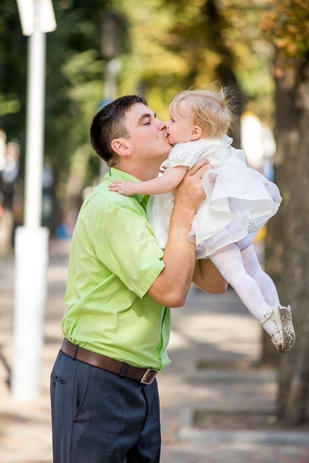 De man en zijn dochter in haar wapens royalty-vrije stock foto's