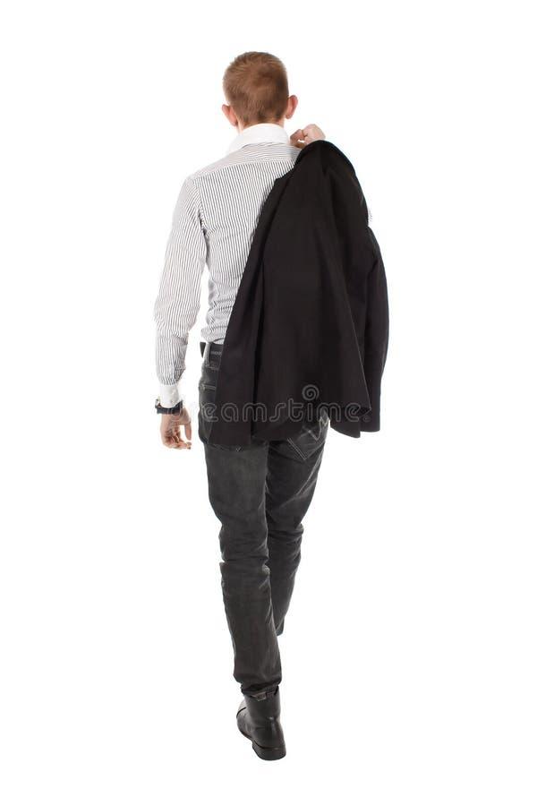 De man gaat een rug tegen een witte achtergrond stock fotografie