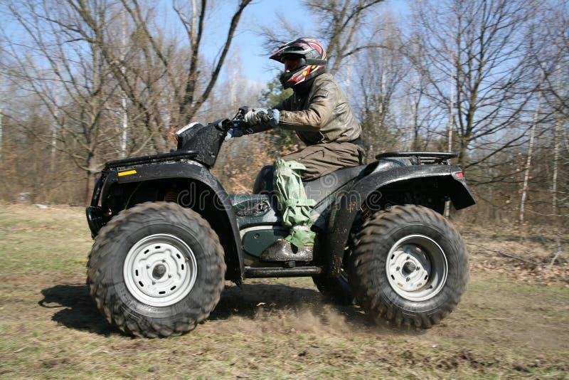De man gaat op ATV in de lente stock foto's