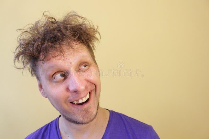 De man glimlacht Omhoog het kijken Lichte achtergrond stock foto's