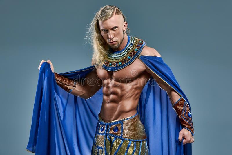 De man in het beeld van oude Egyptische Farao stock afbeeldingen