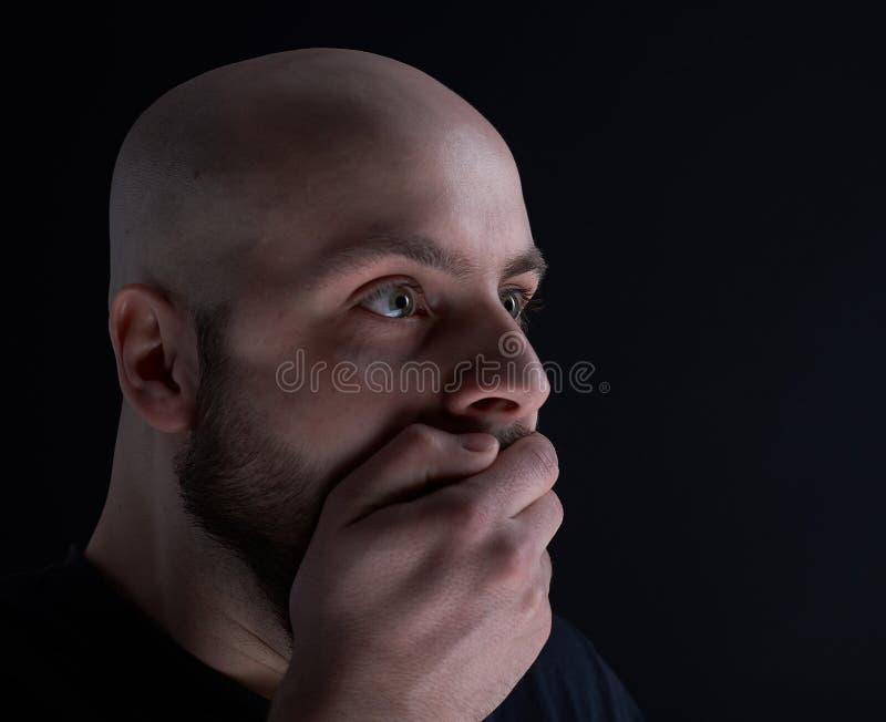 De man met baard op donkergrijze achtergrond stock fotografie