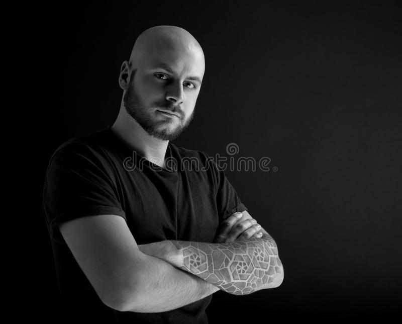 De man met baard op donkergrijze achtergrond stock foto's