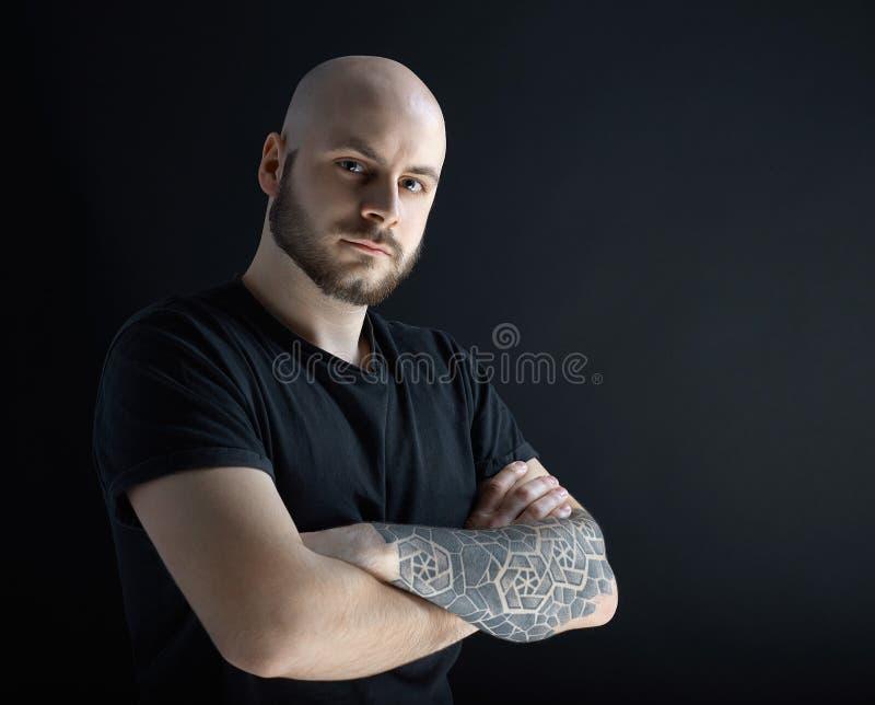 De man met baard op donkergrijze achtergrond royalty-vrije stock foto