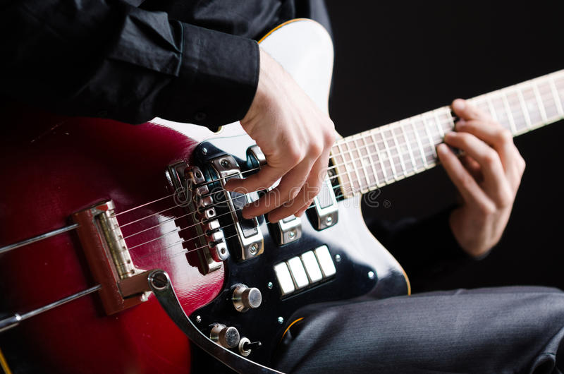 De man met gitaar tijdens overleg stock foto