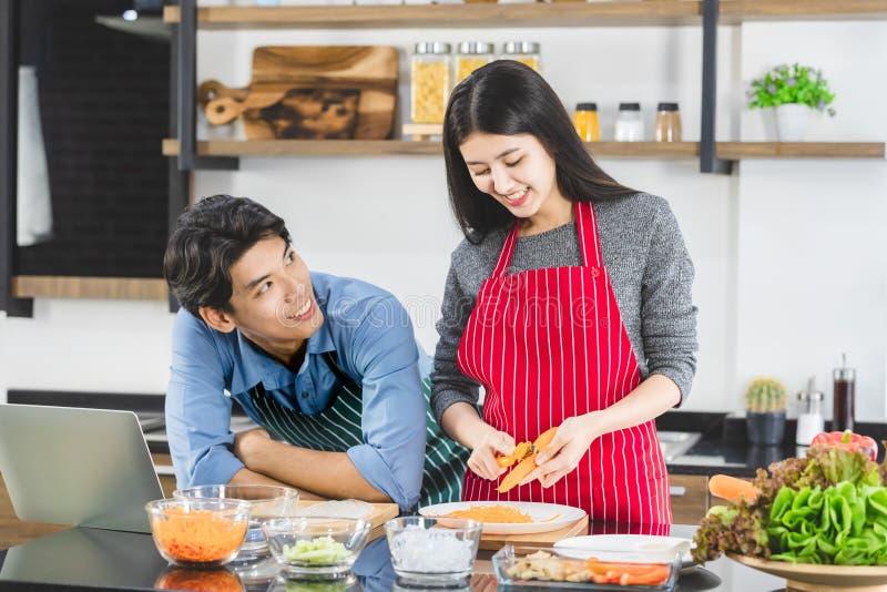 De man neemt oogcontact met vrouw in keuken op stock fotografie