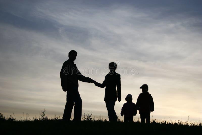 De man neemt vrouw met twee kinderen stock fotografie