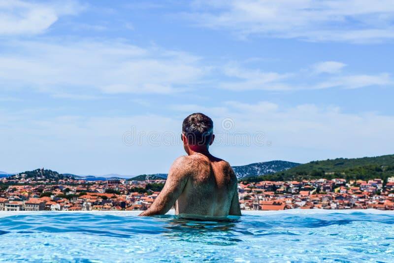 De man in de pool stock foto