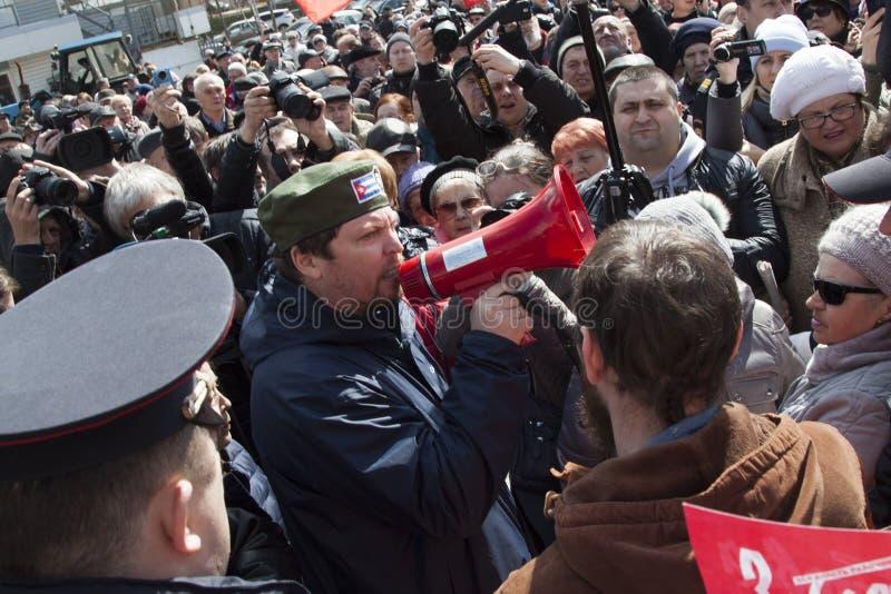 De man schreeuwt bij het mondstuk voor protestacties royalty-vrije stock fotografie