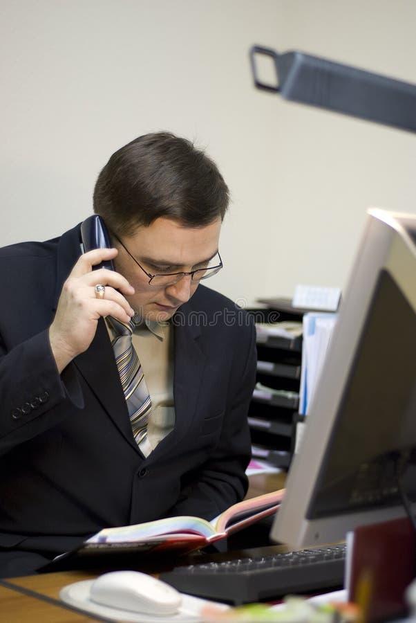 De man schrijft op een document stock fotografie