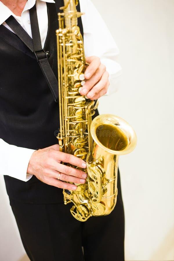 De man speelt een saxofoon royalty-vrije stock fotografie