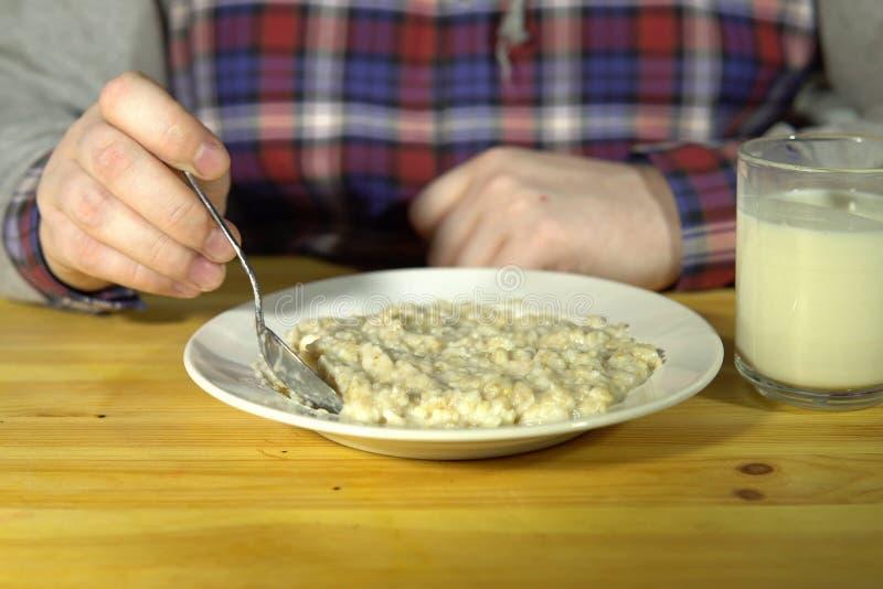De man staat havermeel te eten op het punt royalty-vrije stock foto