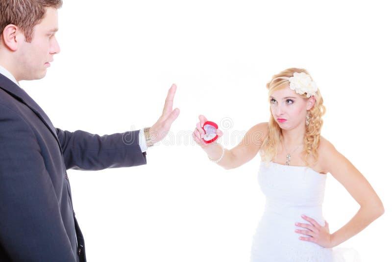 De man stelt aan vrouw voor, weigert zij stock foto's