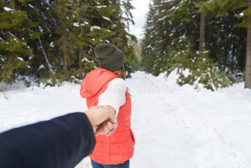 De Man van de vrouwengreep Sneeuw Forest Outdoor Winter Walk van het Hand de Romantische Paar stock afbeeldingen