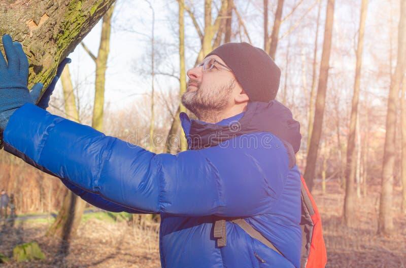 De man van middelbare leeftijd ontspant zich in het bos royalty-vrije stock fotografie