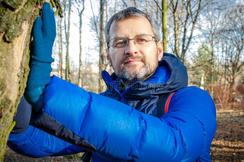 De man van middelbare leeftijd ontspant zich in het bos royalty-vrije stock foto's