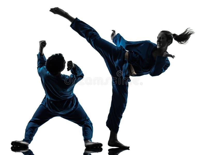 De man van vietvodaovechtsporten van de karate het silhouet van het vrouwenpaar stock foto