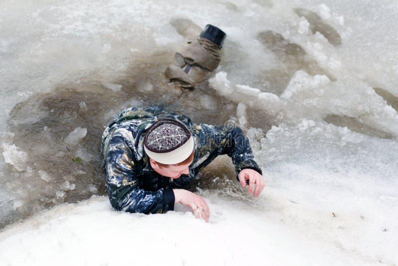 De man viel door het ijs stock afbeeldingen
