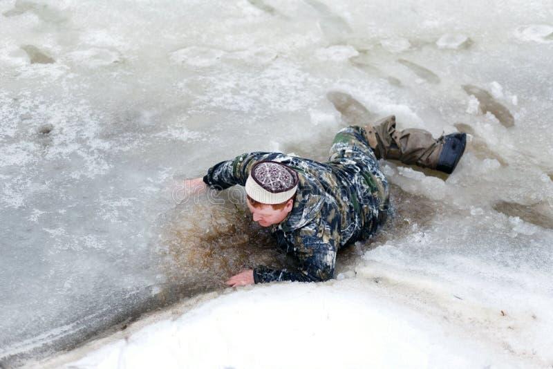 De man viel door het ijs royalty-vrije stock afbeelding