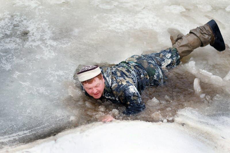 De man viel door het ijs stock foto