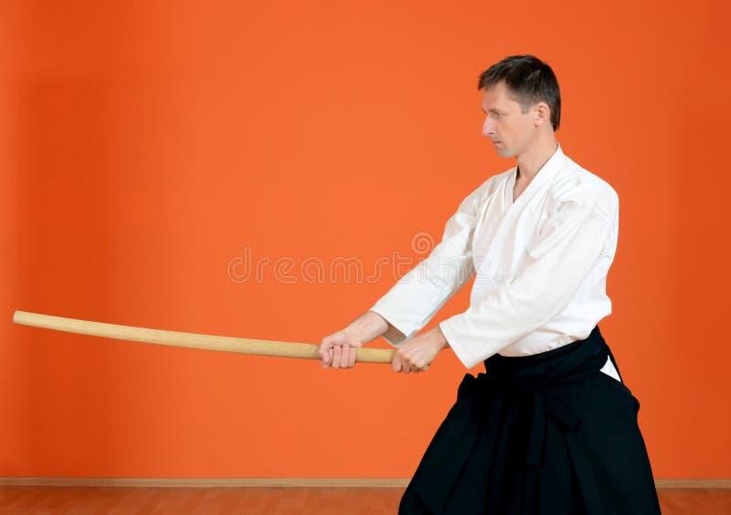 De man voert oefeningenaikido uit stock foto