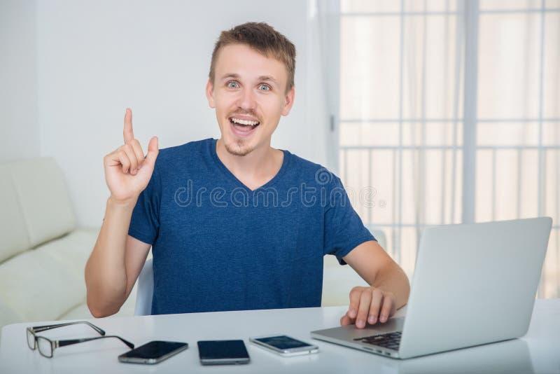 De man vond de oplossingshiaten in het werkschema stock fotografie