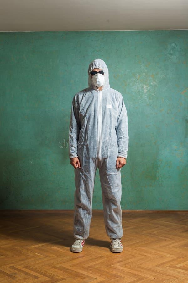 De man in witte jumpsuit stock afbeelding