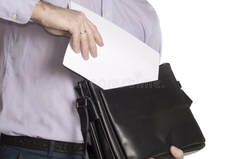 De man zet een blad van Witboek in zijn aktentas Plaats voor tekst isoleer royalty-vrije stock foto's