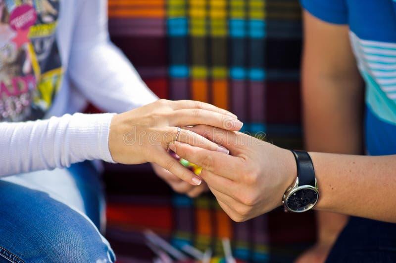 De man zet vrouw een verlovingsring bij picknick op de achtergrond royalty-vrije stock foto